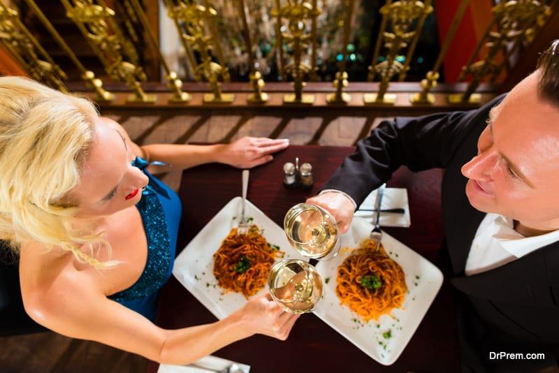 couple-in-restaurant.