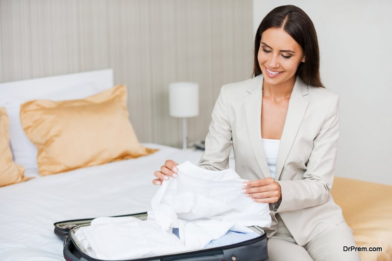 keep-formal-clothes-from-wrinkling-in-luggage