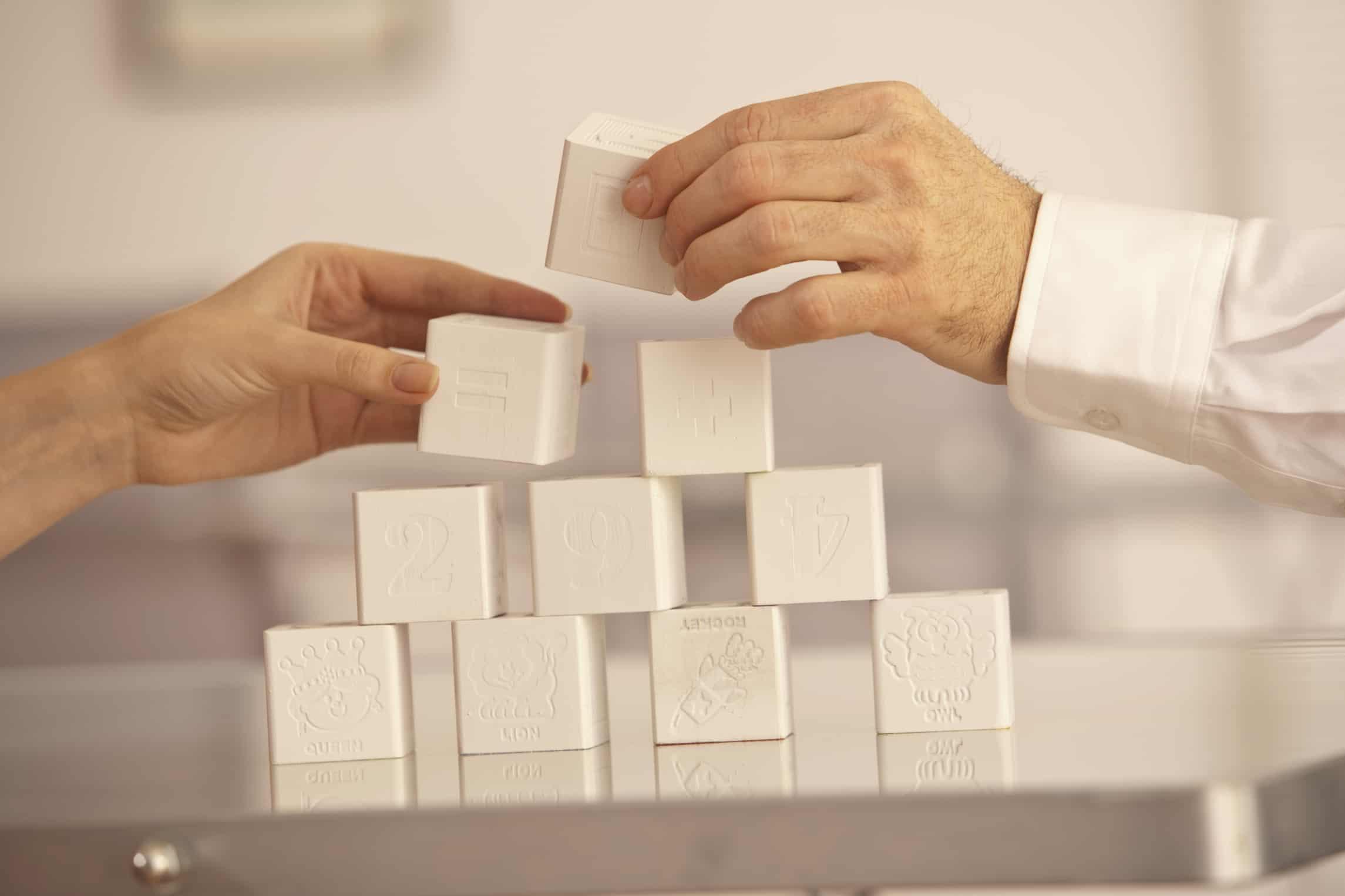 hands biulding blocks