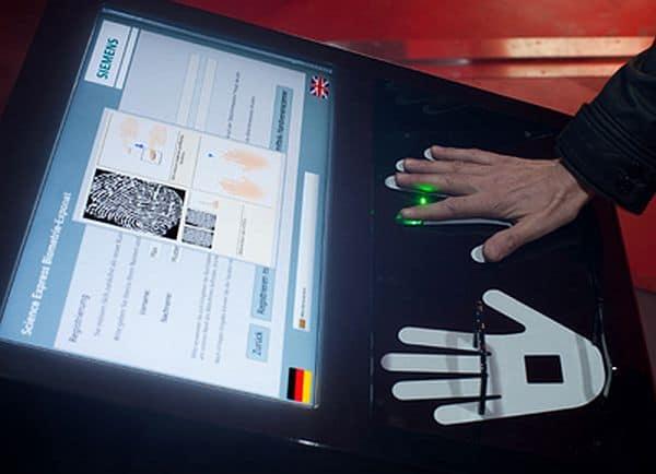 Digitaler Fingerabdruck - Biometrische Sicherheitstechnik in Wagen 11 / Digital Fingerprint - Biometric Security Technology in Car 11