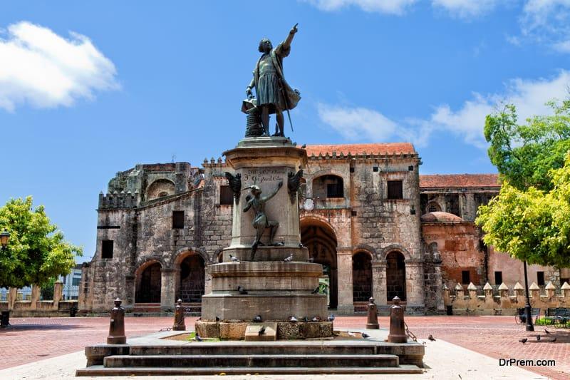 Statue outside the Catedral Primada de America Santo Domingo