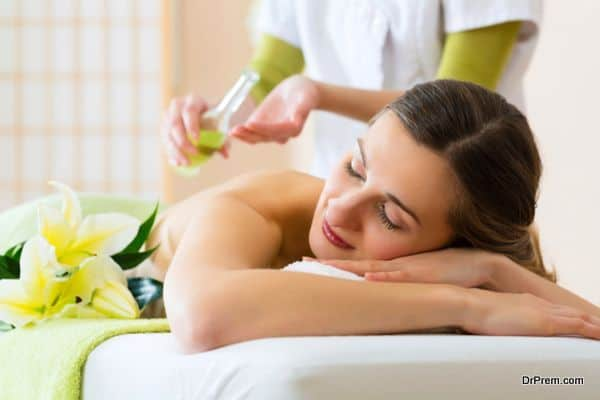 lady receiving Aromatherapy (4)