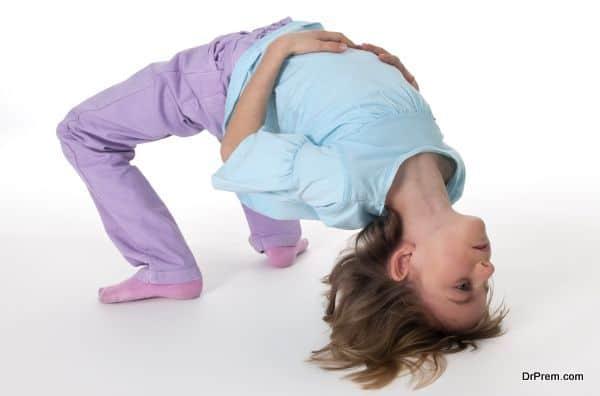 Mädchen zeigt Gymnastikübung Brücke