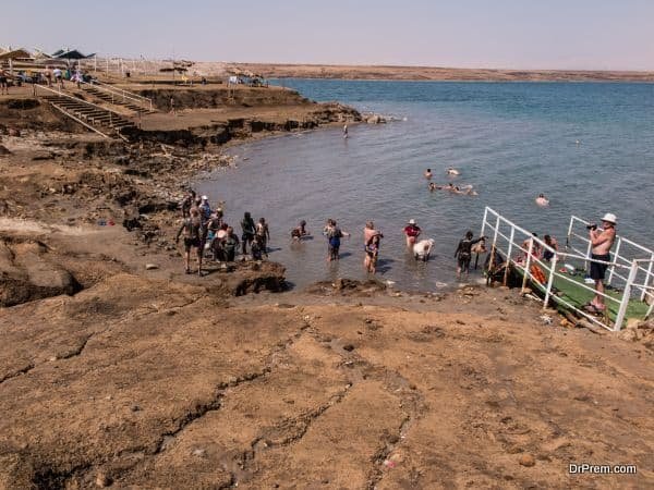 Bathing brine and mud in the Dead Sea